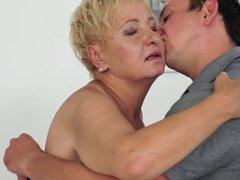 Abuela de bigtits atornillado por detrás. Abuela de bigtits atornillado por detrás en el dormitorio