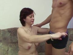 Madre alemana seduce joven chico a follar cuando inicio solo