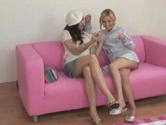 lesbianas en otomano dos chicas lesbianas calientes mayor cantidad y lamer unos a otros en el otomano...