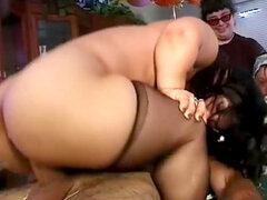 Fiesta loca rizado con novia enano golpeó