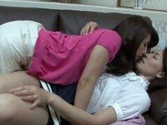 Guarras Lesbianas japonesas peludas teniendo sexo, babes lesbianas muy guapa asiáticas son perforación mutuamente s peludo coño y se ven muy bien mientras lo hace.