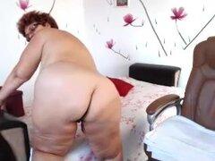 Vieja abuela gorda juega con su consolador grande, BBW vieja y kinky pega un consolador para su coño experimentado en este video de masturbación webcam maduras.