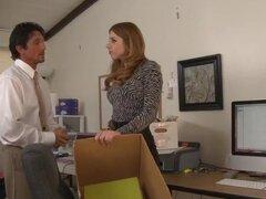 Lexi Belle Tommy Gunn en Naughty Office, Tommy no ha podido obtener un identificador de la oficina ya que él conserva a su asistente, Lexi. El teléfono no deja de sonar, y no parece encontrar nada que está buscando. Cuando Lexi se detiene por la oficina p
