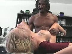 Rubia Sexo en La Oficina con Mandingo. Rubia sexo en la oficina con mandingo