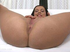 Morena follando su coño con un dildo negro largo brutal