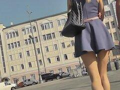 Pelirroja amateur muestra piernas sexy candid upskirts, hottie de pelo rojo con físico delgado caminaba en la calle, cuando un chico filmó video upskirt de su culito.