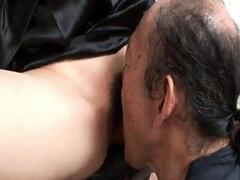 Anciano es comiendo ese coño adolescentes peludo