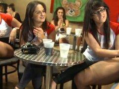 Fiesta de stripper sensual y salvaje. Chicas están recibiendo muy húmedas bajo durante la fiesta de stripper