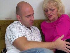 Abuela recibe a un chico joven para ella. Abuela recibe a un chico joven para ella y ella lo disfruta lo