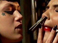 Dominación lésbica hardcore en una sucia prisión
