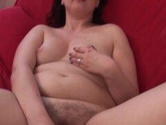 Excitada desnuda madura satisfaciendo su coño con los dedos y juguetes