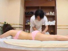 Chica asiática le encanta dedos por su masajista, deliciosa flaca puta japonesa con tetas muy grandes se algunos dicking grave durante la sesión de masaje rizado y parece muy emocionada con él. Todo se observa en este clip de sexo japonesa voyeur.