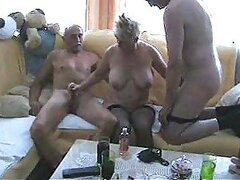 Abuelita cachonda rubia usando medias tiene un caliente trio con dos hombres maduros bisexuales