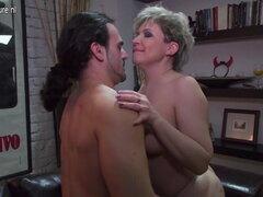 Madre peluda follando y chupando a su amante más joven