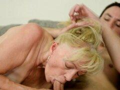 Abuela guarra obtiene oral. Abuela puta tiene sexo oral y paseos polla y obtiene en boca