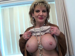 La madura británica Lady Sonia va en una llamada de casting