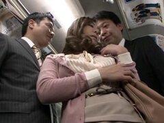 Puta asiática que Minori Hatsune follada en trío MMF en un autobús público