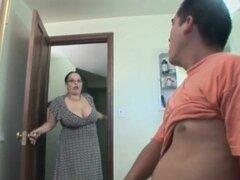 Esposa gordita y caliente disfruta en húmedo oral