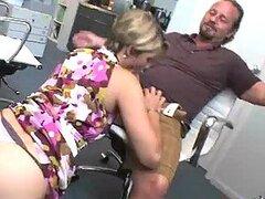 Polla mamando MILF soplando un anciano en su oficina
