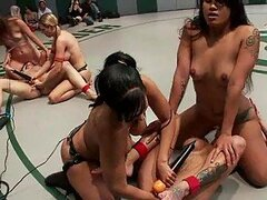 Sexo en grupo lesbianas después de un combate de lucha libre