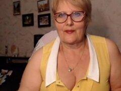 Abuela gorda con gafas parpadea su culo en la Webcam.