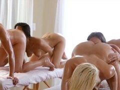 Sexo lésbico apasionado de cuatro mujeres vigorosos. Cuatro mujeres vigorosos disfrutando cada coños en este sexo lésbico apasionado después de uno a otro dando un masaje de cuerpo caliente