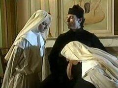 Las monjas rezan con los puños