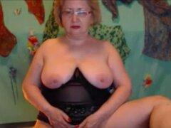 Abuela rubia con gafas burlas en webcam. Rubia abuela amateur con gafas burlas en webcam