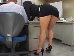 Chica de oficina japonesa es follada por dos,