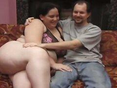 Impresionante chica gorda con enormes tetas recibiendo penetradas por los dos