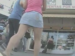 Es difícil para espiar a una chica sexy con una cámara oculta calle cámara persigue a una chica en una mini falda de mezclilla por la calle tratando de capturarla falda y un atisbo de él caliente culito, empacó en bragas negras.
