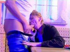 Muy mala anciana seduce al chico en follando su culo - Tess