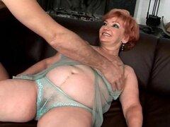 Abuela gorda cachonda disfruta de una buena sesión de mierda