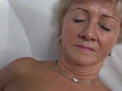 Mujer encantadora haciendo casting.,