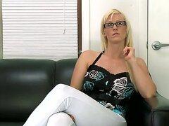 Entusiasta del sexo californiana Kaylee Brookshire llega a Oficina de fundición. Ella tiene unos impresionantes videos hechos a sí mismo, pero ella se siente muy aburrida en el. Ella desea probar algo nuevo y original.