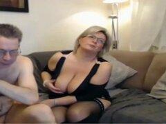 Mamá madura tiene una webcam de sexo con tetas grandes perfectas