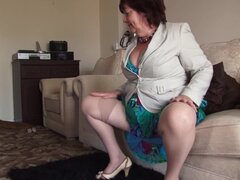 Ama de casa gordita se siente aburrido y decide masturbarse su castor - Helen