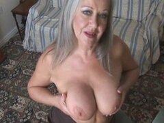 MILF atractiva abuela tetona en medias de desmontaje