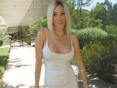 Fascinación de Blake tiene un vestido blanco que ella no puede esperar salir - Blake