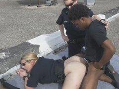 Dos agentes de policía tetonas tiene un trío interracial hardcore con la BBC