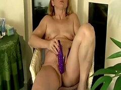 Titted pequeñas maduras masturbaciones chocho peludo