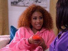 Dos lesbianas ébano lusty añil y Kendall bang delante de un poste - Indigo vanidad, Kendall Woods