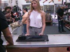 Mujer sexy blondie es follada por Shawn. Mujer sexy blondie trata de vender su cámara vintage y se la follan