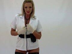 Rubio Lucy Zara masturbandose en traje de enfermeras con guantes de cuero botas