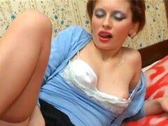 Ruso de la señora en pantimedias espera una polla en la vagina peluda. Señorita rusa con vagina peluda tiene un primera clase cunilingus y beso negro en el video con el tio de pelo largo.