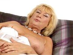 Abuela en lencería blanca y medias los juguetes y los dedos