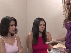 ¡Adolescentes lesbianas pillada viendo porno por el conserje del Hotel!