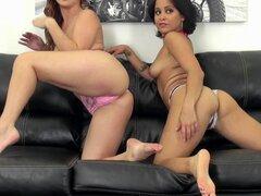 ¡Finalmente es el momento para el show de webcam lesbianas con chicas más calientes! -Karlie Montana, Mia Austin