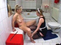 Rubia esclava y sirvienta en el baño. Rubia esclava y sirvienta en el baño