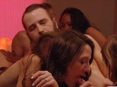 Swingers cachondos teniendo Orgias masivas en sala de Playboys
